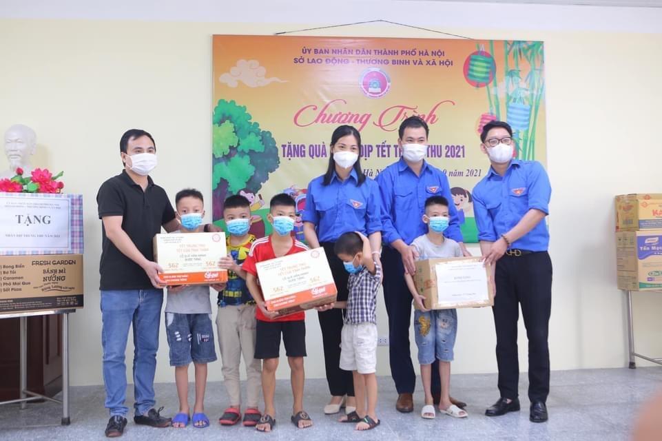 Lãnh đạo Đoàn Khối các Cơ quan TP. Hà Nội cùng cơ sở Đoàn trao quà tới các em nhỏ