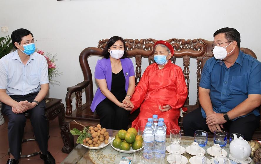 Đồng chí Nguyễn Thị Tuyến - Ủy viên Trung ương Đảng, Phó Bí thư Thường trực Thành ủy Hà Nội thăm, tặng quà gia đình bà Trần Thị Mịn, thân nhân liệt sĩ Nguyễn Hữu Bằng ở quận Hoàng Mai.