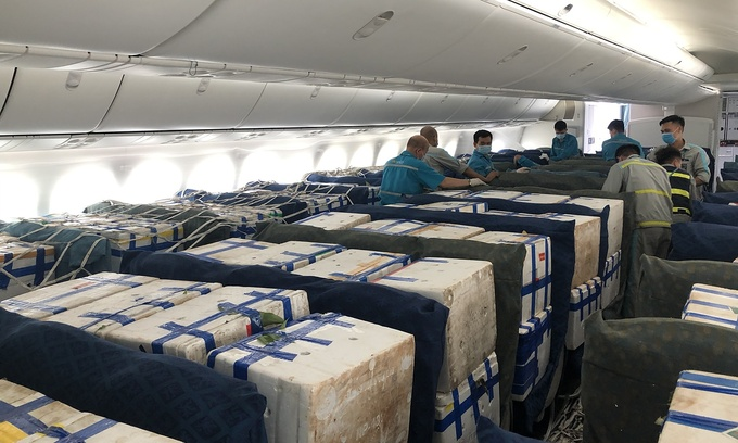 Vải thiều được đặt trong khoang hành khách của máy bay Boeing 787-9.