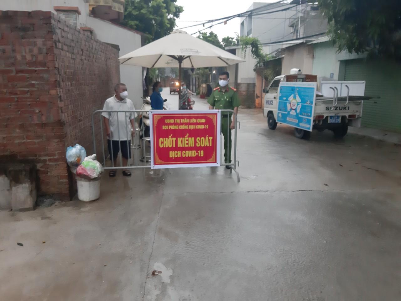 Chốt kiểm soát dịch bệnh tại thị trấn Liên Quan, huyện Thạch Thất.