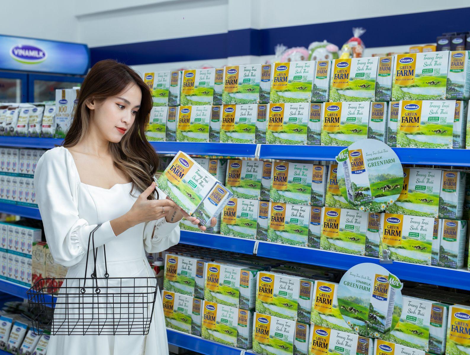 Diễn viên Tú Vi tìm hiểu các thông tin về sữa tươi Vinamilk Green Farm mới