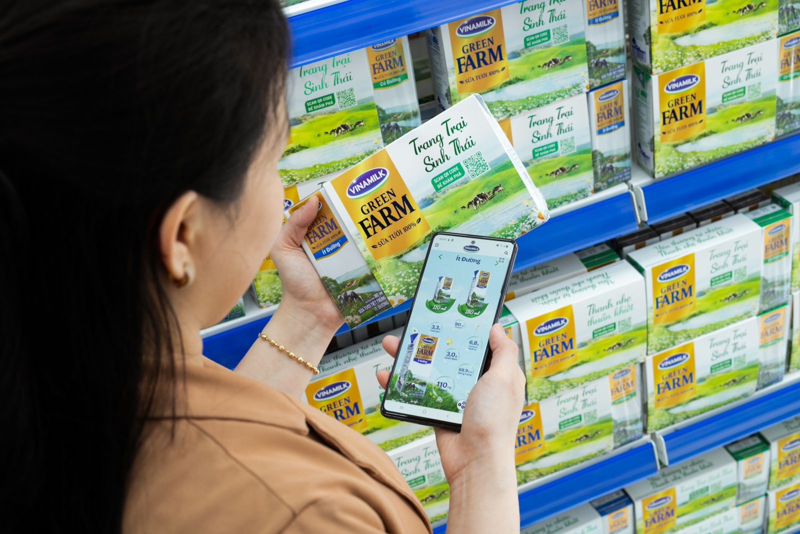 Người tiêu dùng scan QR code để tìm kiếm thông tin về Sữa tươi Vinamilk Green Farm