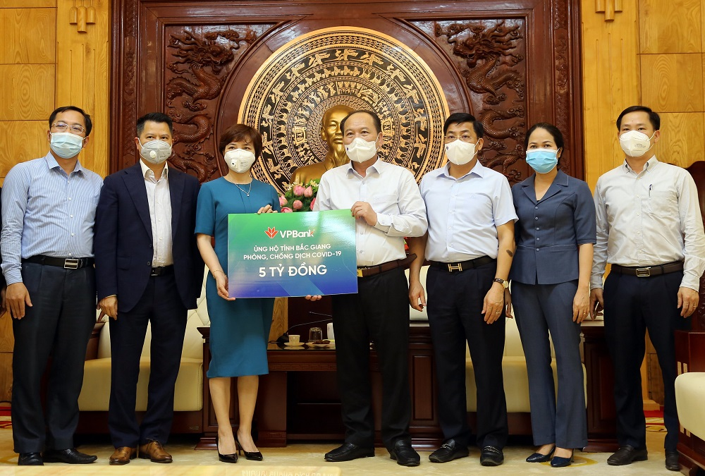 VPBank trao 5 tỷ tiền mặt ủng hộ Bắc Giang