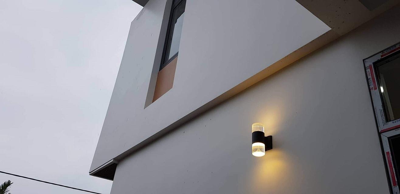 Do bố mẹ đều đã cao tuổi nên anh chị quyết định lắp thêm mấy đèn thông minh cảm biến, tự phát sáng khi có người để trời tối bố mẹ dễ đi lại và cũng đề phòng trộm đột nhập vào nhà.