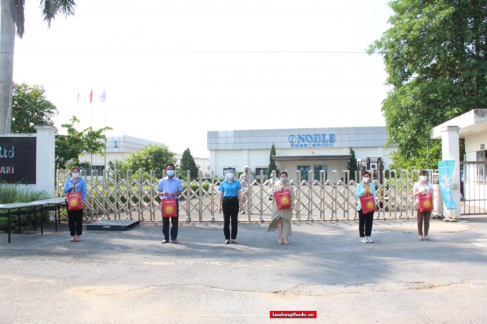 Phó Chủ tịch Thường trực Liên đoàn Lao động Thành phố Đặng Thị Phương Hoa trao hỗ trợ cho người lao động tại Công ty Trách nhiệm hữu hạn Điện tử Nobel Việt Nam.