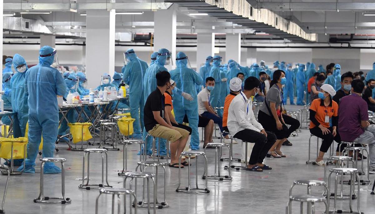 Công nhân ở khu công nghiệp Quang Châu chờ xét nghiệm.