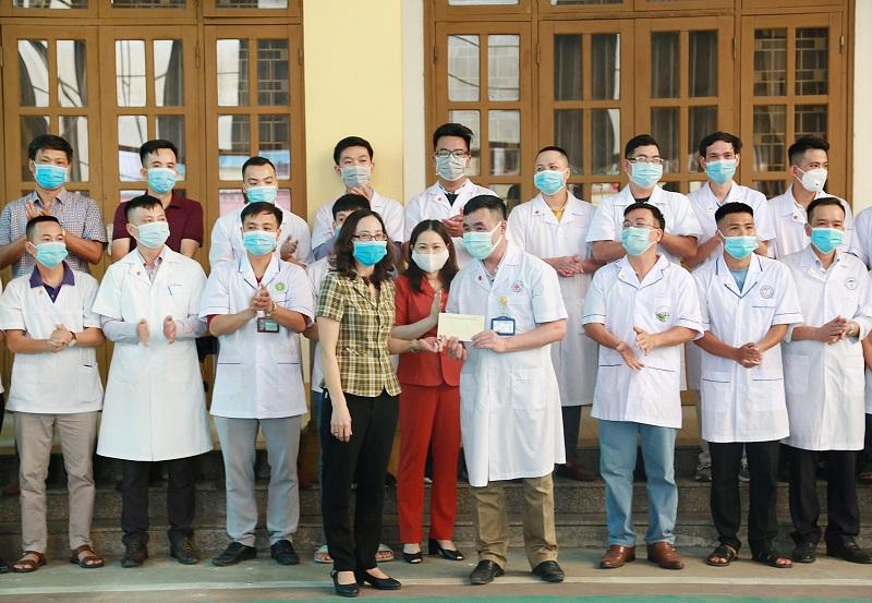 Giám đốc Sở Y tế Yên Bái tặng quà trước khi đoàn thầy thuốc lên đường đến tăng cường cho Bắc Giang