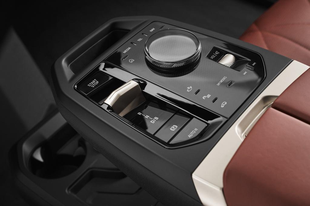 BMW iX 2022 sẽ có giá bán từ 92.600 USD. Ảnh: Carscoops