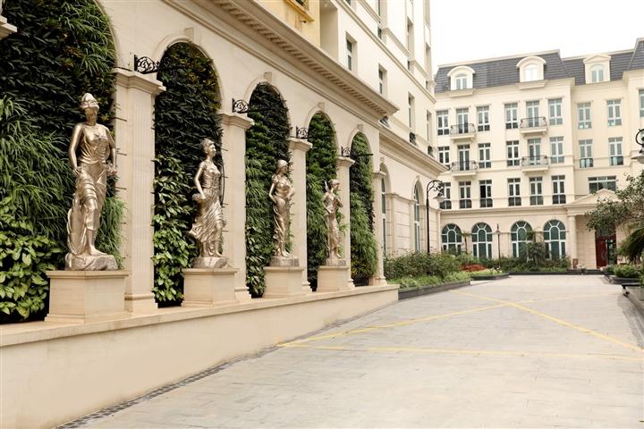 Cổng chào dự án Granduer Palace – Giảng Võ: 4 bức tượng là 4 vị thần tượng trưng cho 4 mùa trong năm, lần lượt là Xuân - Hạ - Thu - Đông.