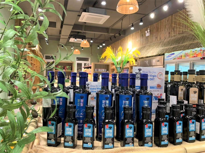 Tại Việt Nam, cửa hàng thực phẩm hữu cơ An Phú Farm đã tiên phong nhập khẩu dầu oliu Terra Creta