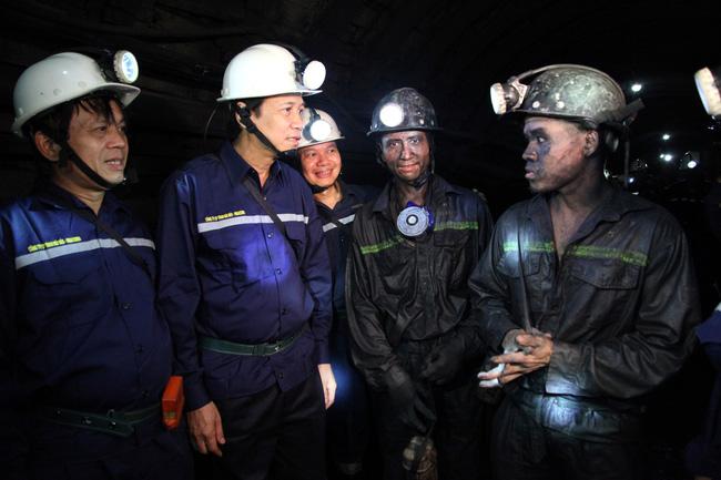 Bộ trưởng Bộ LĐ-TB&XH Đào Ngọc Dung trực tiếp xuống hầm, trò chuyện với những người thợ lò Cty cổ phần than Núi Béo (Quảng Ninh)