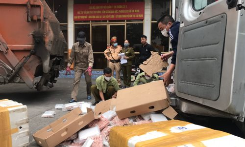 Chân gà tẩm ướp nhập lậu được tiêu hủy. Ảnh: Cục QLTT Quảng Ninh