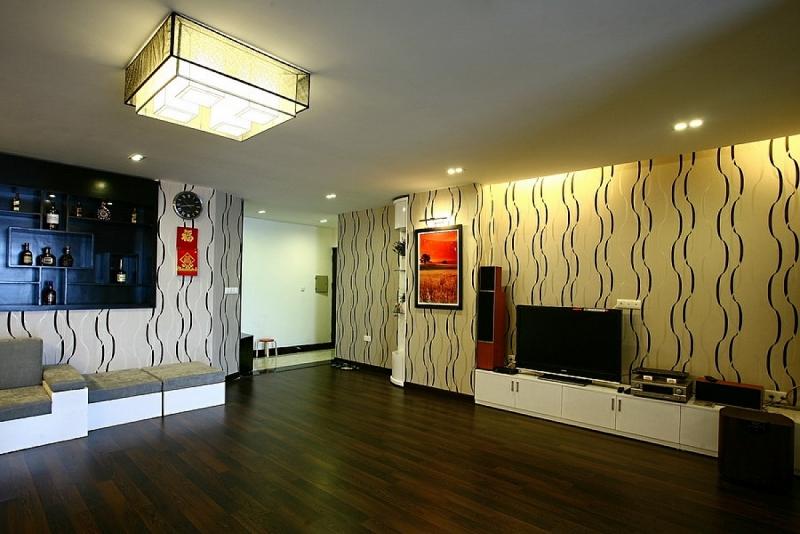 """Sử dụng giấy dán tường làm tăng hiệu quả thẩm mỹ và thị giác: Những hoa văn sọc đứng """"kéo"""" chiều cao của trần lên, trong một không gian rộng của căn hộ chung cư với trần thấp."""