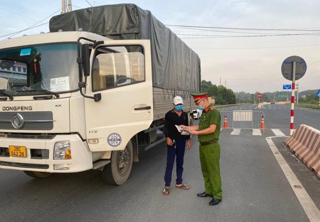Hà Nội: Yêu cầu 1.732 phương tiện quay đầu, xử lý 115 trường hợp vi phạm Luật Giao thông