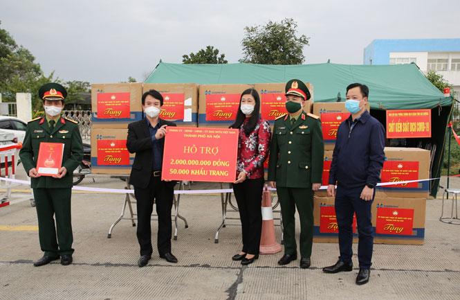 Chủ tịch Ủy ban Mặt trận Tổ quốc Việt Nam thành phố Nguyễn Lan Hương trao tiền, khẩu trang của thành phố Hà Nội ủng hộ tỉnh Hải Dương.