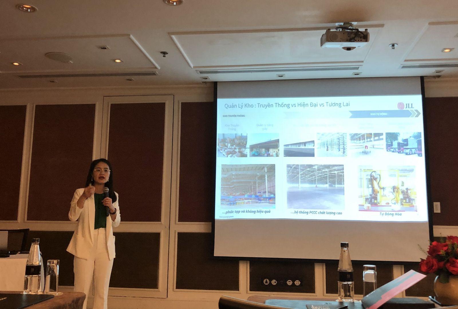 Bà Nguyễn Hồng Vân, Giám đốc JLL Hà Nội chia sẻ tại họp báo quý I/2021