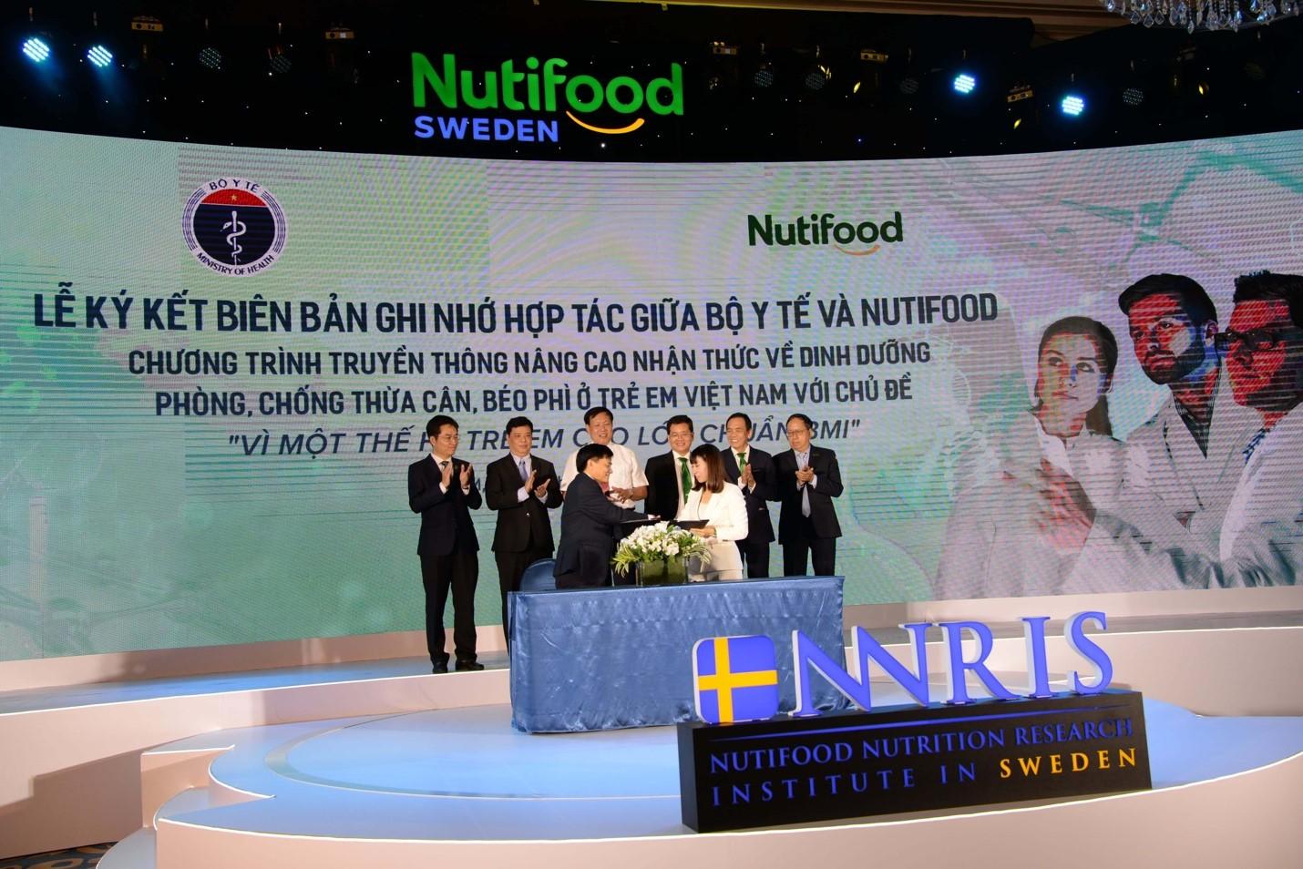 Đại diện Bộ Y tế và Nutifood ký kết Biên bản ghi nhớ hợp tác truyền thông giữa Bộ Y tế - với Công ty Cổ phần Thực phẩm dinh dưỡng NutiFood