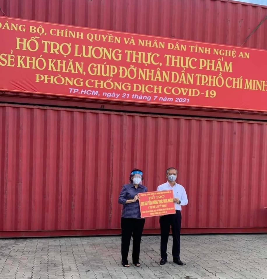 Ông Phan Đình Tuệ - Chủ tịch Hội Doanh nghiệp Nghệ Tĩnh tại TP.HCM đại diện trao quà nhân dân Nghệ An cho Mặt trận Tổ quốc Việt Nam TP.HCM