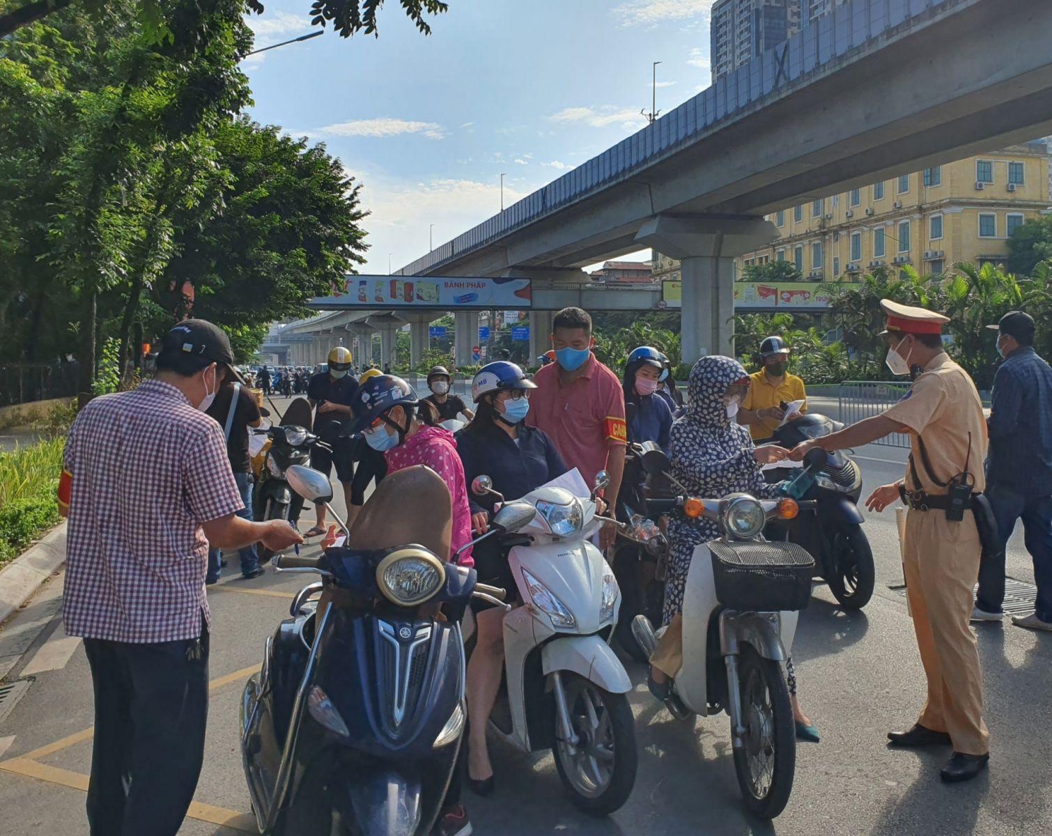 Tổ công tác làm nhiệm vụ trên tuyến đường Nguyễn Trãi.