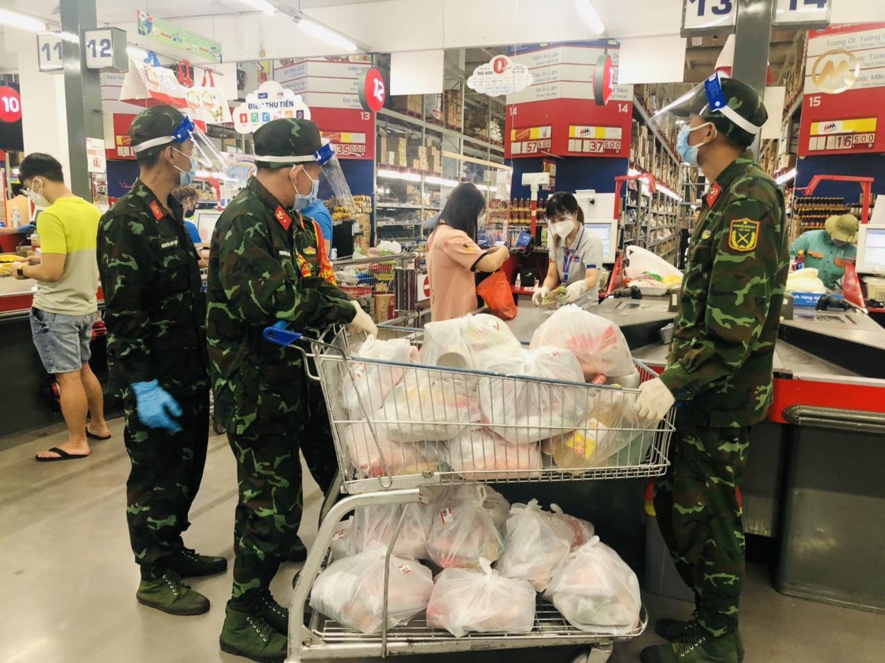 Bộ đội vẫn đang cùng các tổ dân phố đi chợ hộ cho người dân TP.Thủ Đức ẢNH: L.N