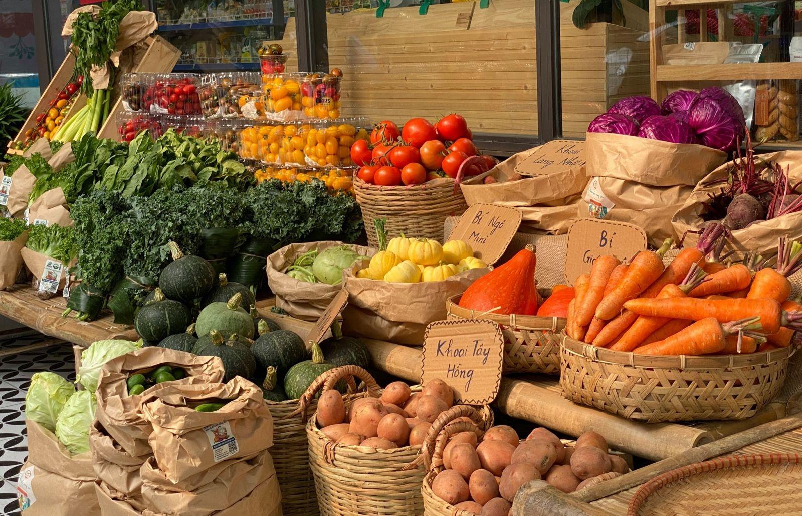 Phiên chợ với hơn 100 sản phẩm nông nghiệp sạch.