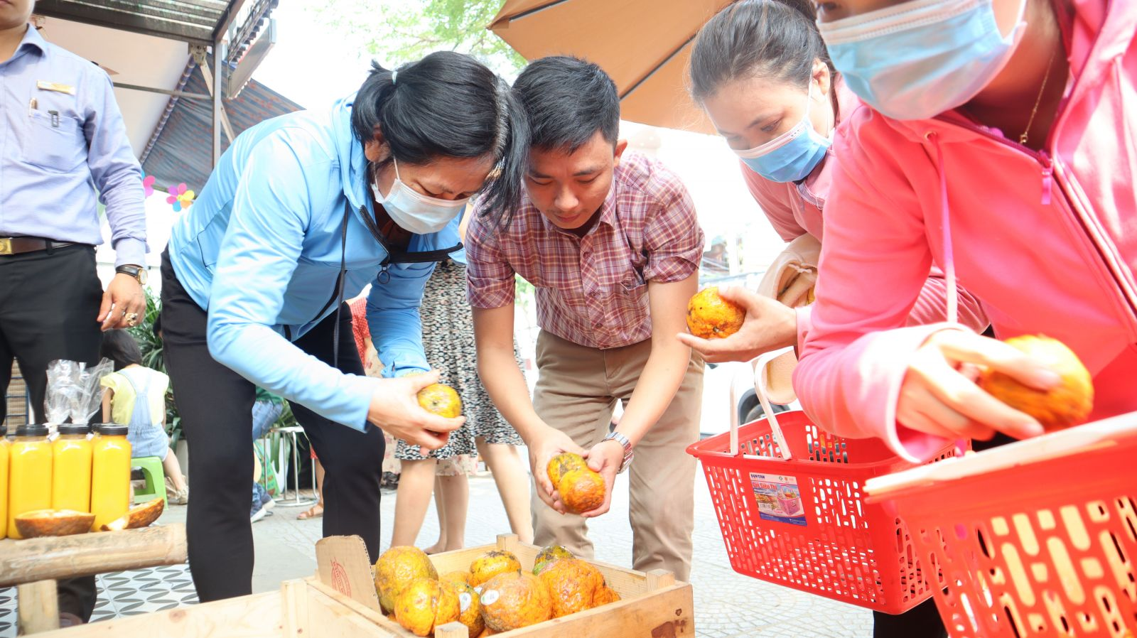 Anh Dương Hiển Tú trực tiếp tư vấn và lựa chọn giúp khách hàng những sản phẩm nông sản sạch.