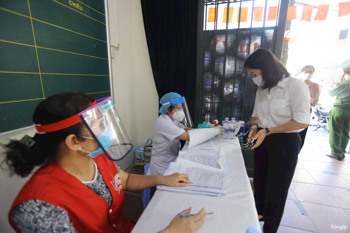 Người dân đến tiêm sau khi đăng ký thành công sẽ được hướng dẫn khai báo sức khỏe, kiểm tra y tế
