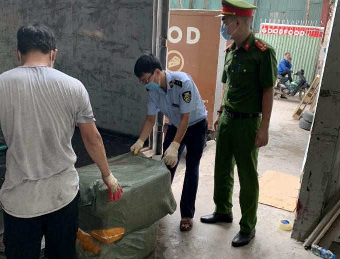 """Xe """"luồng xanh"""" vận chuyển 7 tấn nầm lợn không rõ nguồn gốc về Hà Nội tiêu thụ."""