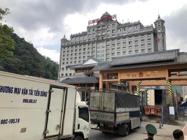 Xe hàng tại cửa khẩu Tân Thanh xuất sang Trung Quốc. Ảnh: NLĐ