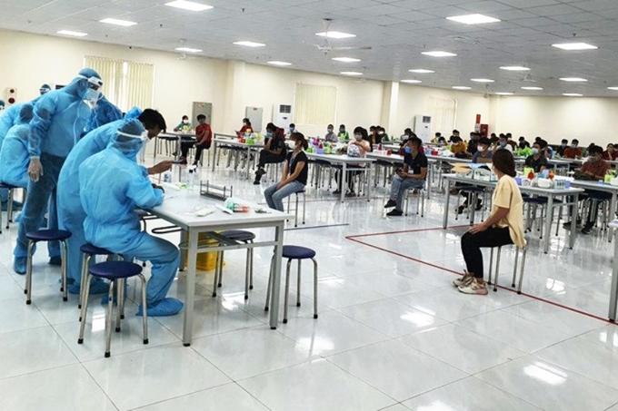 Lấy mẫu xét nghiệm COVID-19 cho công nhân tại KCN Vân Trung (Bắc Giang).
