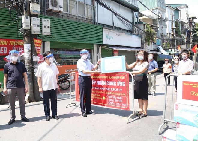 Chủ tịch HĐND TP Nguyễn Ngọc Tuấn tặng quà lực lượng tuyến đầu ở điểm phong tỏa phường Chương Dương, quận Hoàn Kiếm