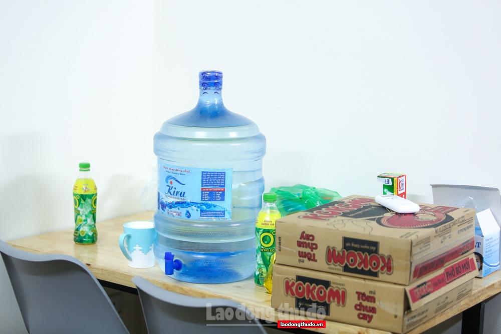 Không chỉ nơi trú chân, phía chủ nhà còn tặng thêm gạo, mì, muối, nước mắm, nước lọc...