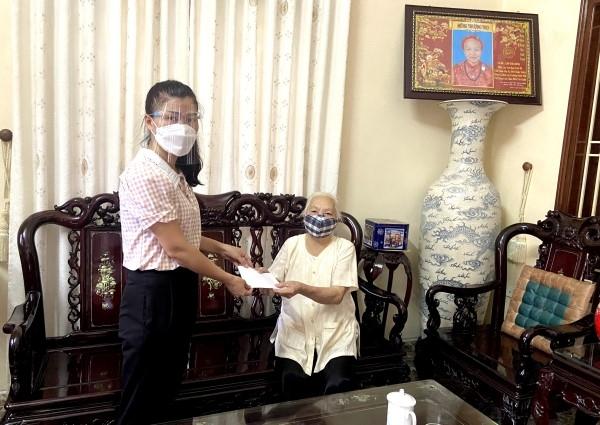 Trao hỗ trợ cho người thụ hưởng chính sách đặc thù của Thành phố tại xã Yên Viên, huyện Gia Lâm