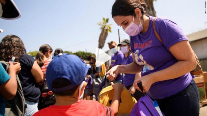Trẻ em đối mặt với nguy cơ nhiễm COVID tương tự như người lớn. Ảnh: CNN
