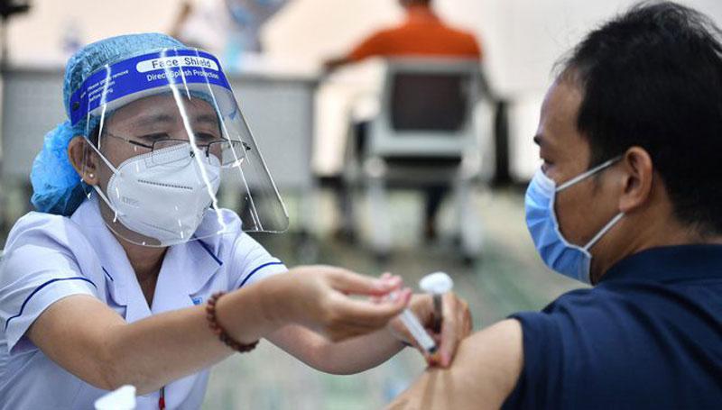 Thành phố Hồ Chí Minh phấn đấu trong năm 2021, sẽ tiêm đủ 2 mũi vắc xin phòng Covid-19 cho người trong độ tuổi tiêm chủng.
