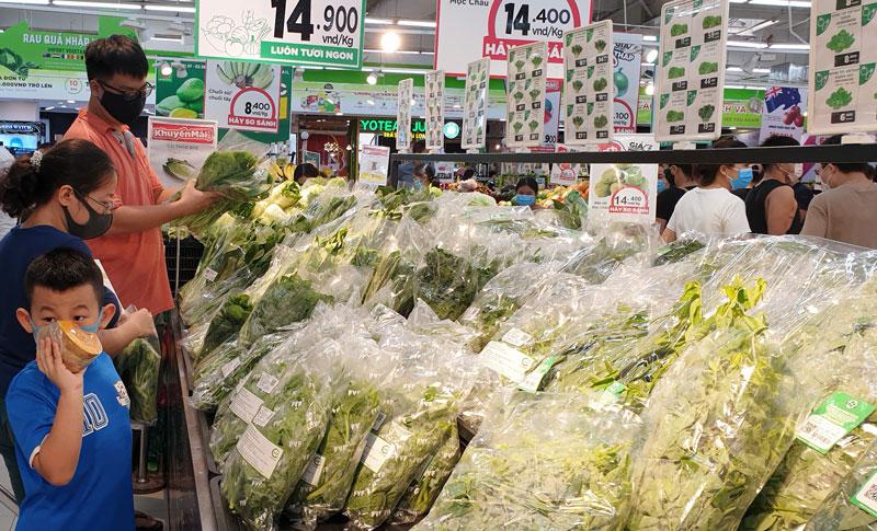 Các siêu thị bảo đảm cung ứng đầy đủ hàng hóa phục vụ người dân trong thời gian giãn cách.