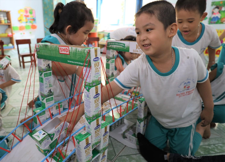 Hướng dẫn học sinh tái sử dụng vỏ hộp sữa sau khi uống là một hoạt động mang tính giáo dục trong chương trình được các trường đánh giá cao.