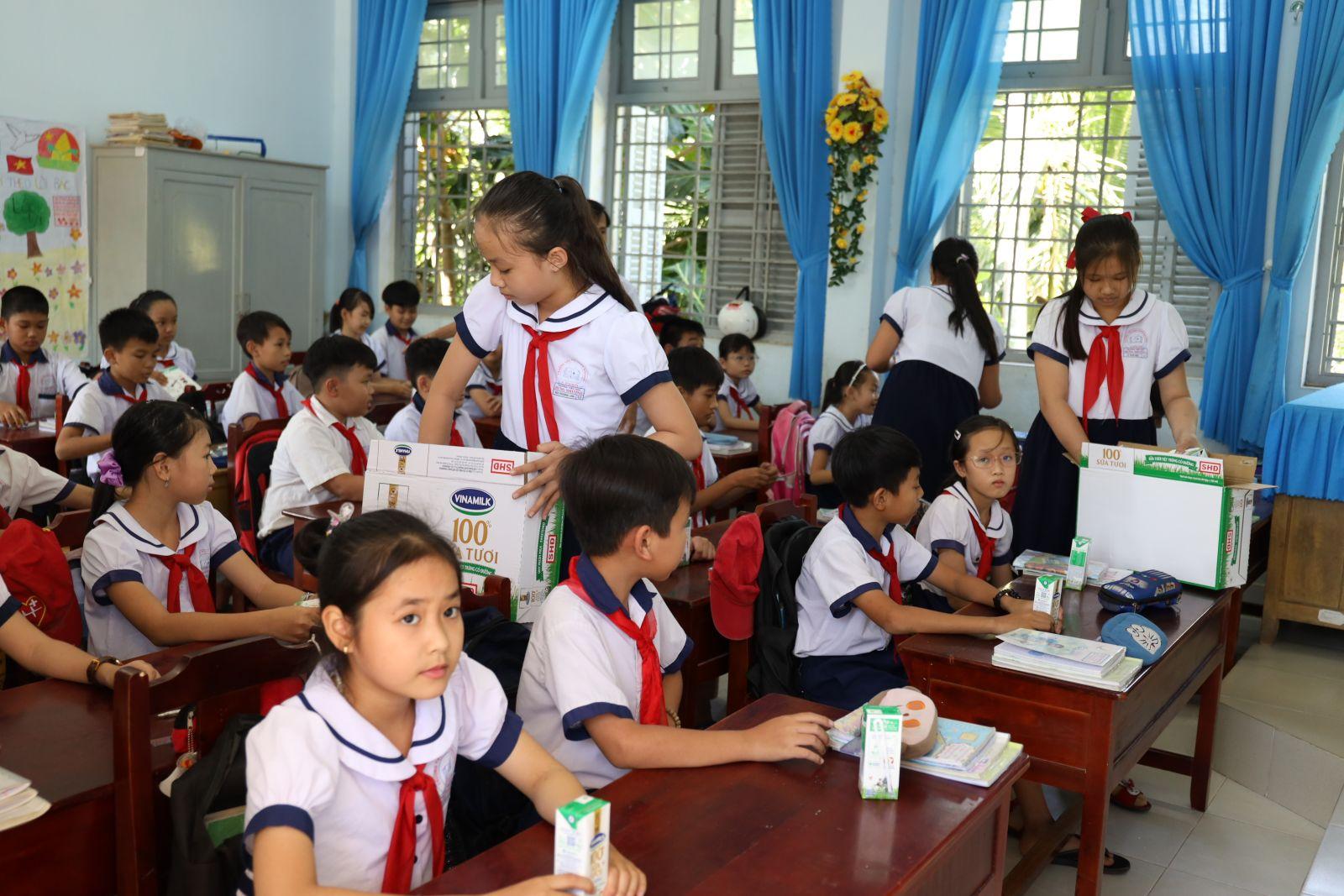 Giờ uống sữa tại lớp 5/1 trường Tiểu học Hưng Nhượng, huyện Giồng Trôm, tỉnh Bến Tre