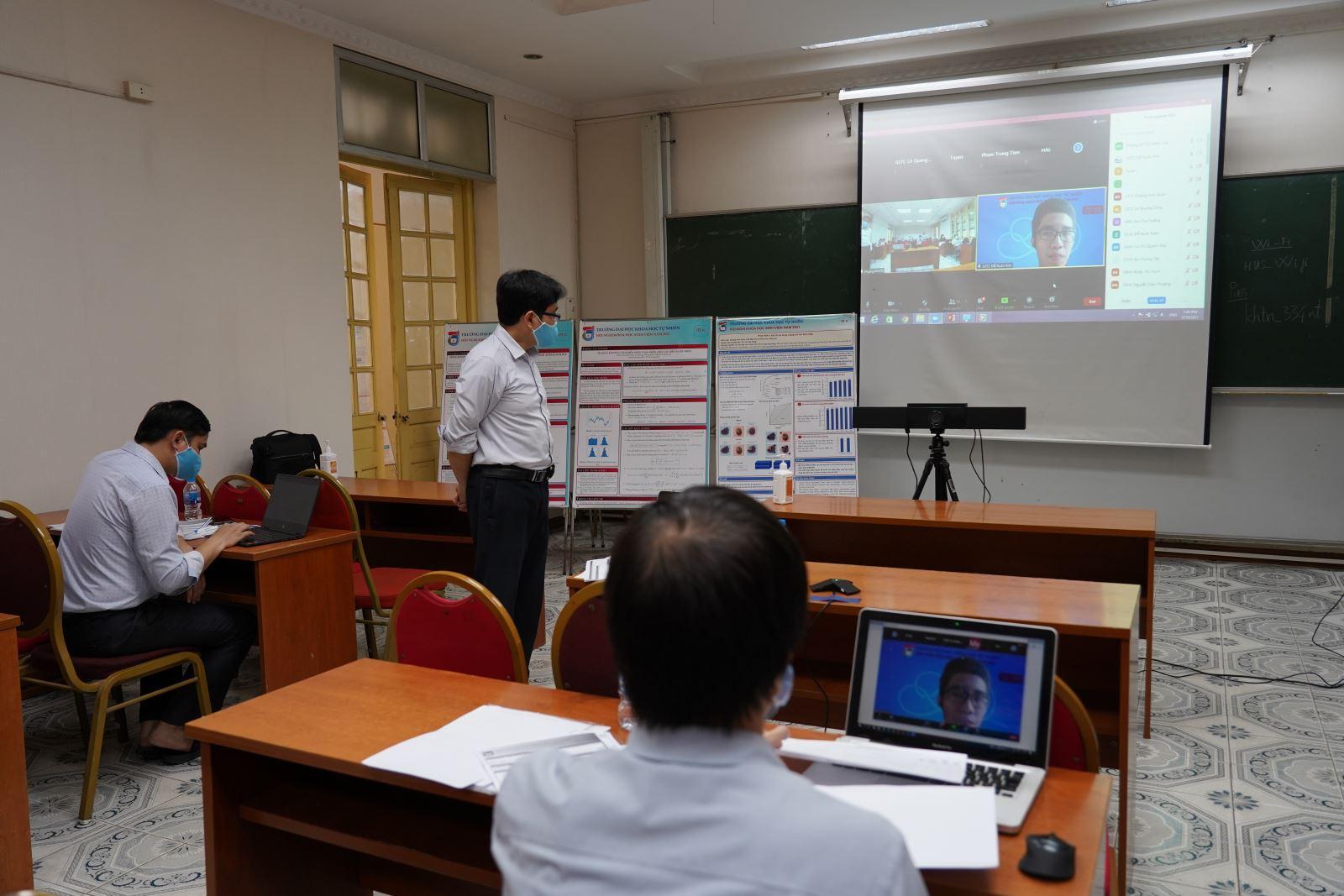 Trường Đại học Khoa học Tự nhiên (ĐH Quốc gia Hà Nội) tổ chức chấm báo cáo khoa học của sinh viên bằng hình thức trực tuyến. Ảnh: Hoài Thương