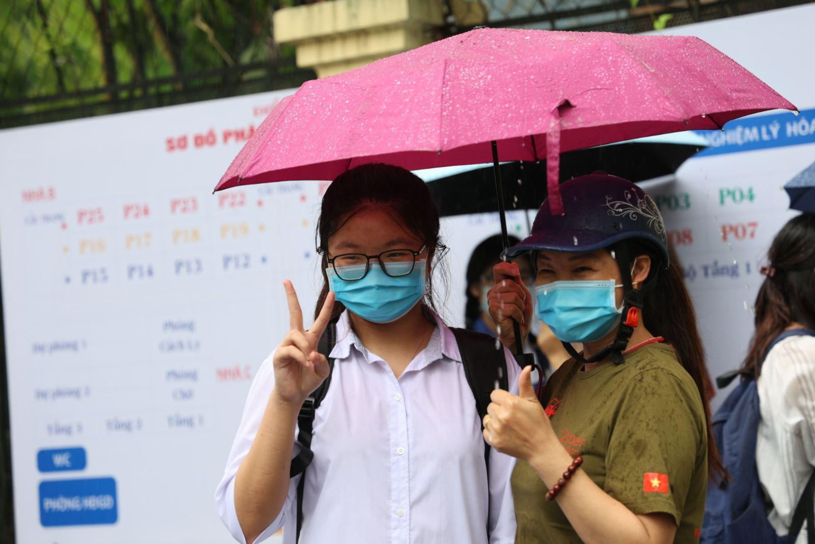 Học sinh Hà Nội hoàn thành kỳ thi tuyển sinh vào lớp 10 trong điều kiện dịch COVID-19. Ảnh: Lê Phú.