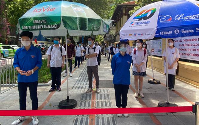 Thí sinh dự thi đợt 1, kỳ thi tốt nghiệp trung học phổ thông năm 2021 tại điểm thi Trường Trung học phổ thông Trần Phú -  Hoàn Kiếm.