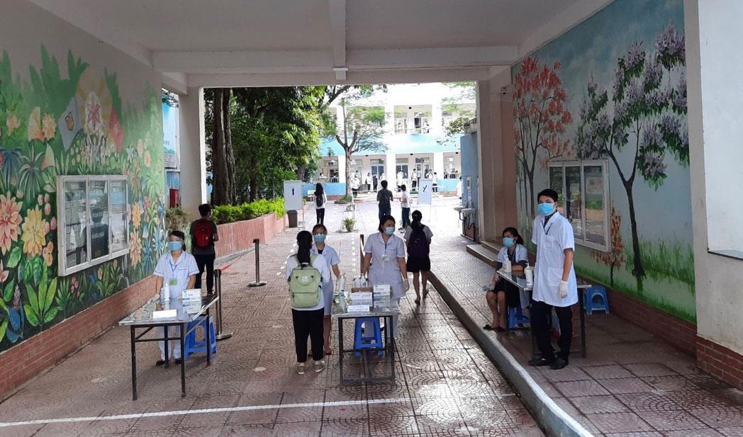 Công tác phân luồng, đón thí sinh dự thi vào lớp 10 chuyên năm học 2021-2022 được duy trì nghiêm túc tại điểm thi Trường Trung học cơ sở Ba Đình (quận Ba Đình).