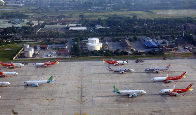 Máy bay nằm chờ la liệt tại Cảng hàng không quốc tế Nội Bài do ảnh hưởng của đại dịch Covid-19.