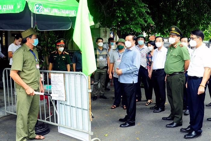 Bí thư Thành ủy Đinh Tiến Dũng, Chủ tịch UBND TP Chu Ngọc Anh kiểm tra công tác phòng, chống dịch Covid-19 tại đường Xuân Tảo (quận Bắc Từ Liêm)