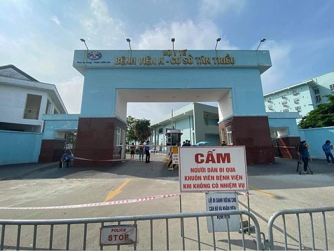 Cổng bệnh viện đã được rào chắn để chuẩn bị cho công tác phong tỏa phòng dịch (ảnh T.T)
