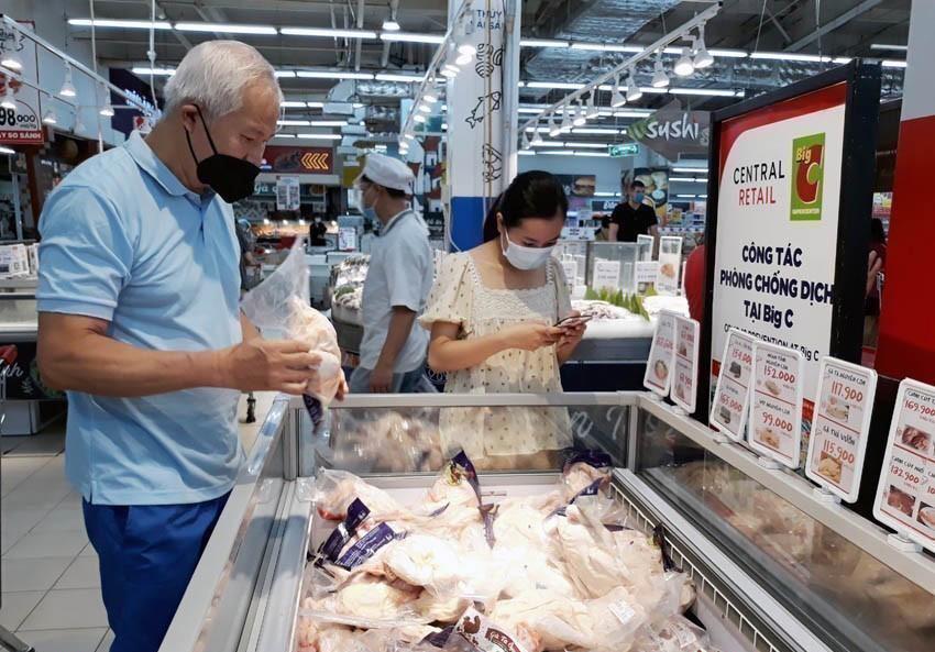 Người tiêu dùng mua thực phẩm tại Big C Thăng Long