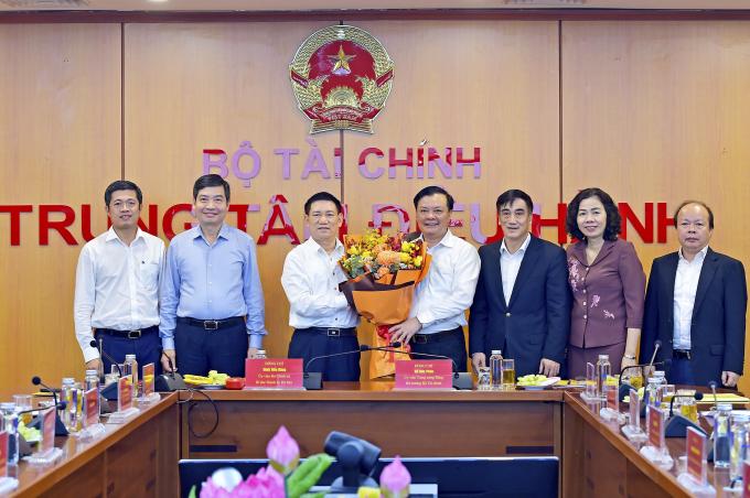 Ông Đinh Tiến Dũng - Ủy viên Bộ Chính trị, Bí thư Thành ủy Hà Nội chúc mừng tân Bộ trưởng Bộ Tài chính Hồ Đức Phớc. Ảnh: BTC