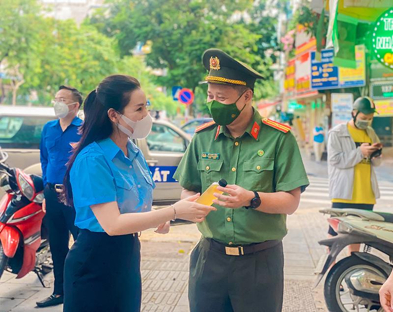 """Chương trình """"Hà Nội nghĩa tình: Tấm lòng áo xanh - Ly nước gửi anh"""" là tấm lòng của Tuổi trẻ Thủ đô với các chiến sỹ lực lượng tuyến đầu chống dịch."""