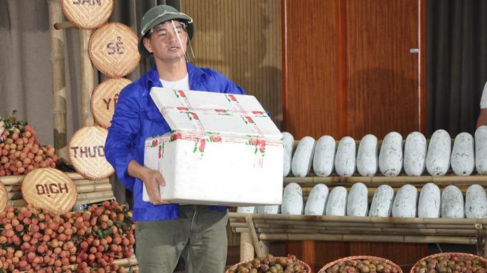 Nghệ sĩ Xuân Bắc livestream bán nông sản giúp người dân