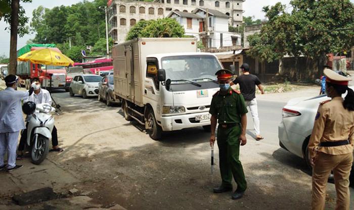Lực lượng chức năng làm nhiệm vụ tại chốt kiểm dịch tại quốc lộ 6 qua thị trấn Xuân Mai, huyện Chương Mỹ